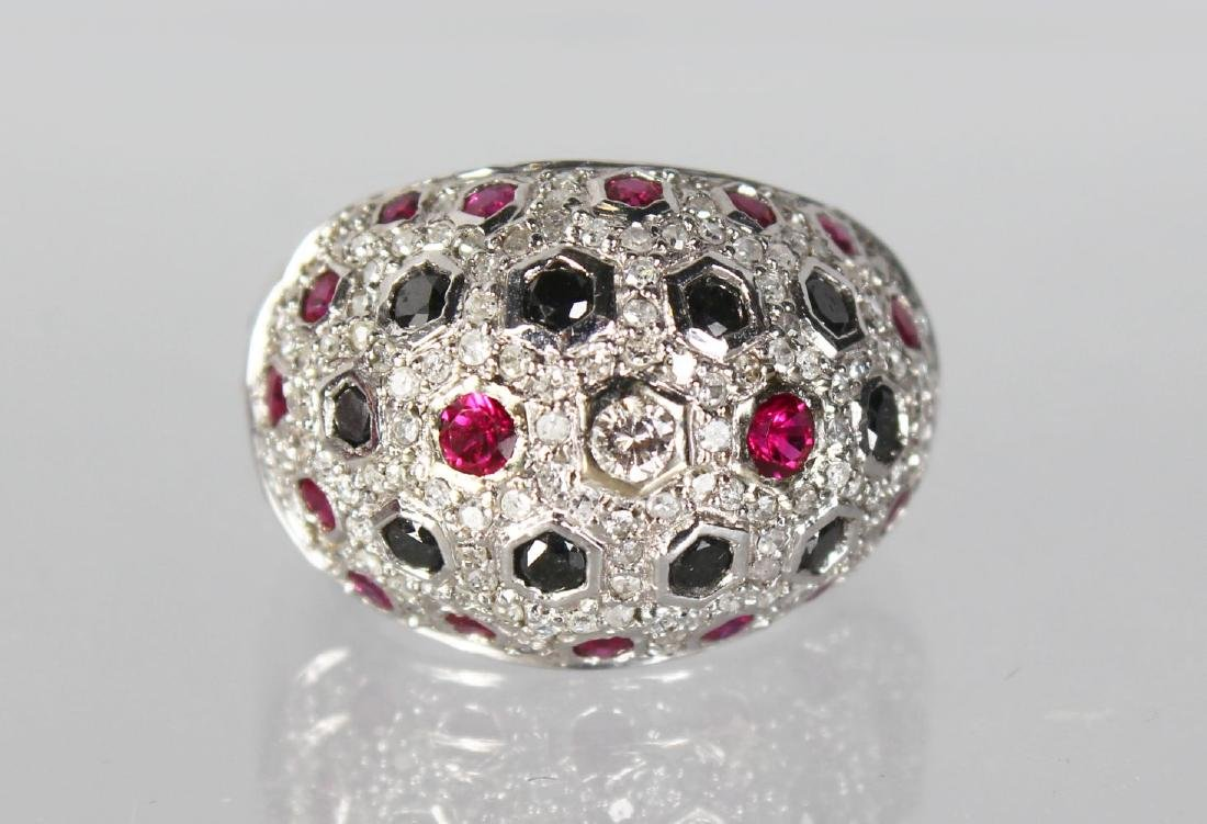 A GOOD 18CT WHITE GOLD COCKTAIL RING SET WITH DIAMONDS,