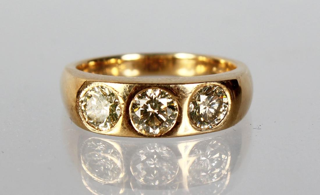 AN 18CT YELLOW GOLD GENT'S THREE STONE DIAMOND RING OF