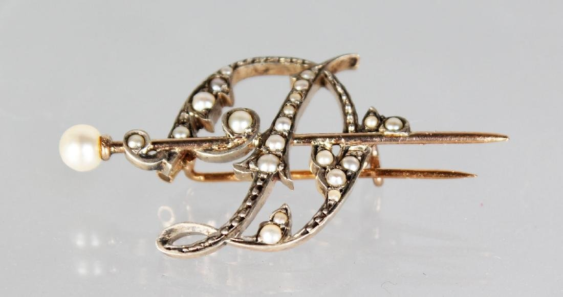 A GOLD AND SEED PEARL BROOCH.