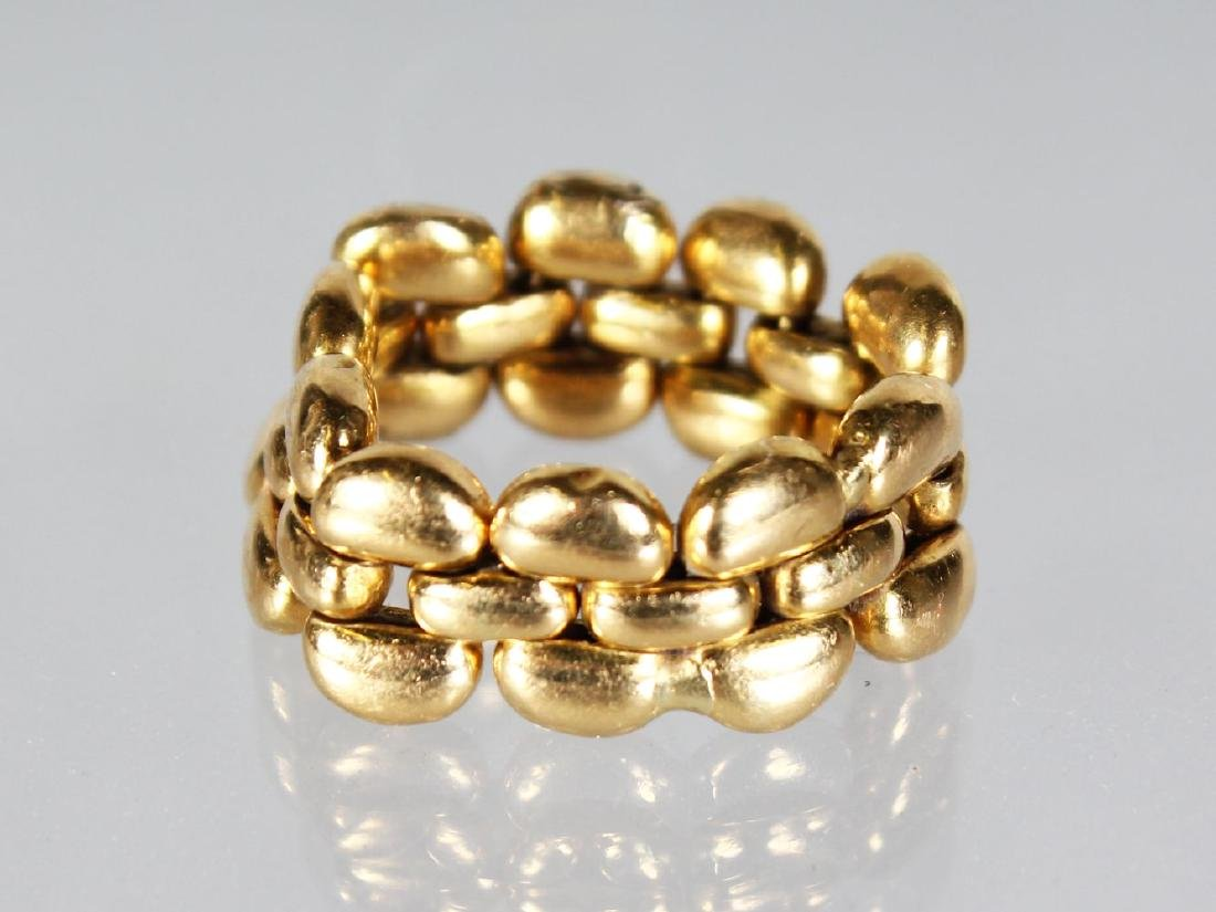 AN 18CT GOLD CHAIN RING.