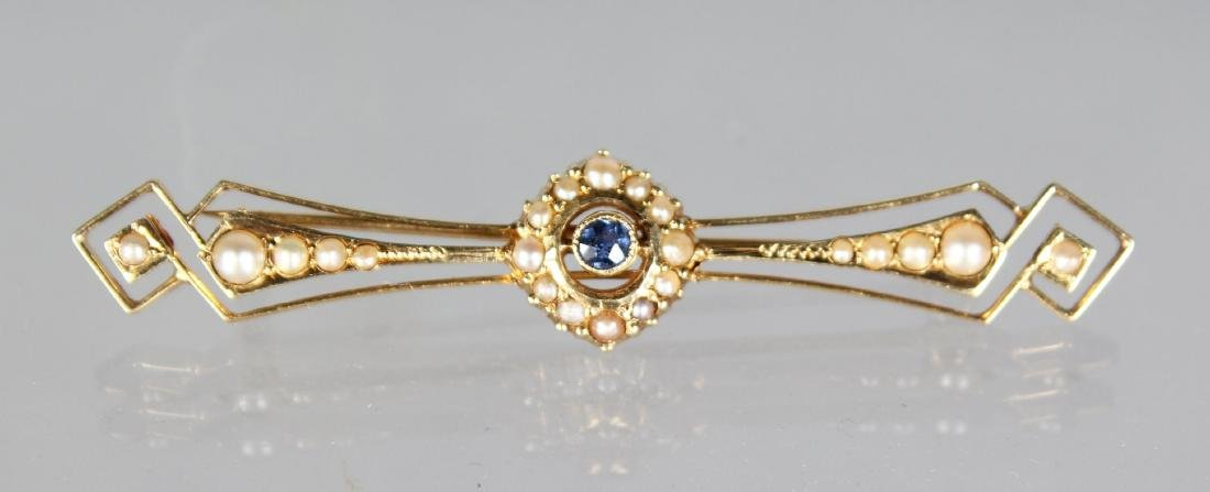 A 14CT GOLD AND SEED PEARL BAR BROOCH.