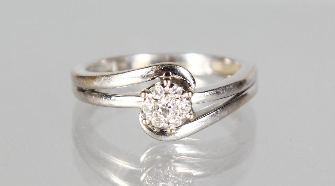 AN 18CT WHITE GOLD DIAMOND RING.