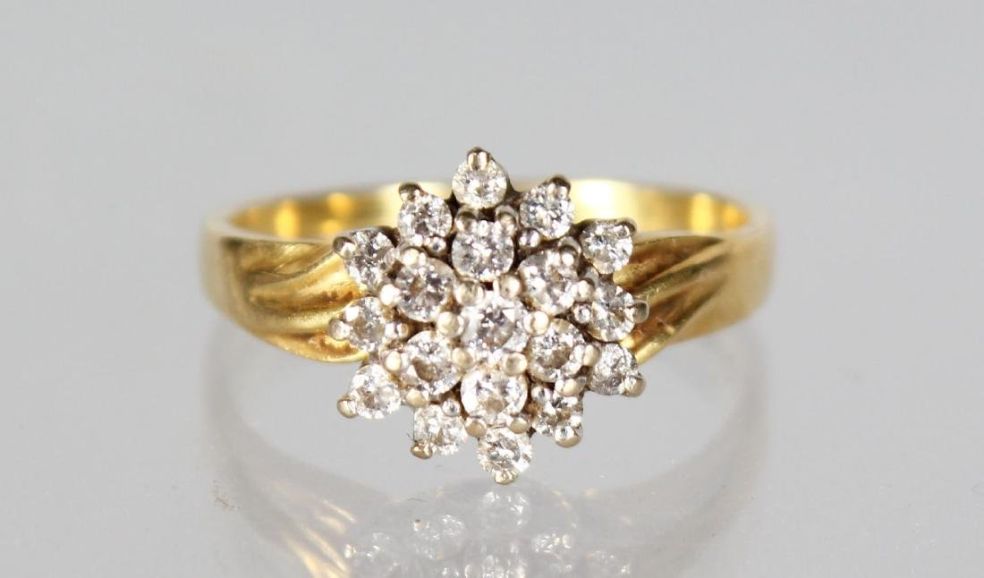 A GOLD CLUSTER RING.