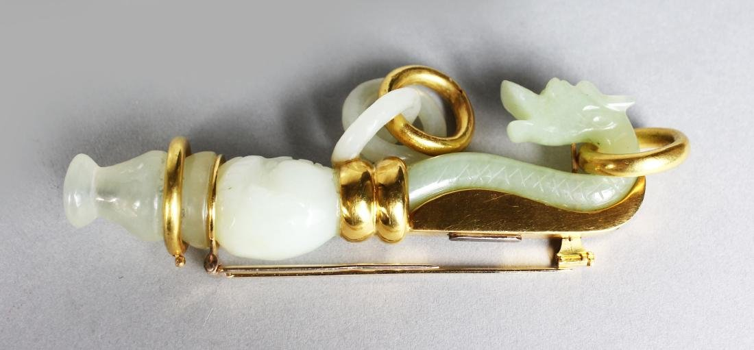 A VERY GOOD 18CT GOLD MOUNTED CARVED JADE PIN.