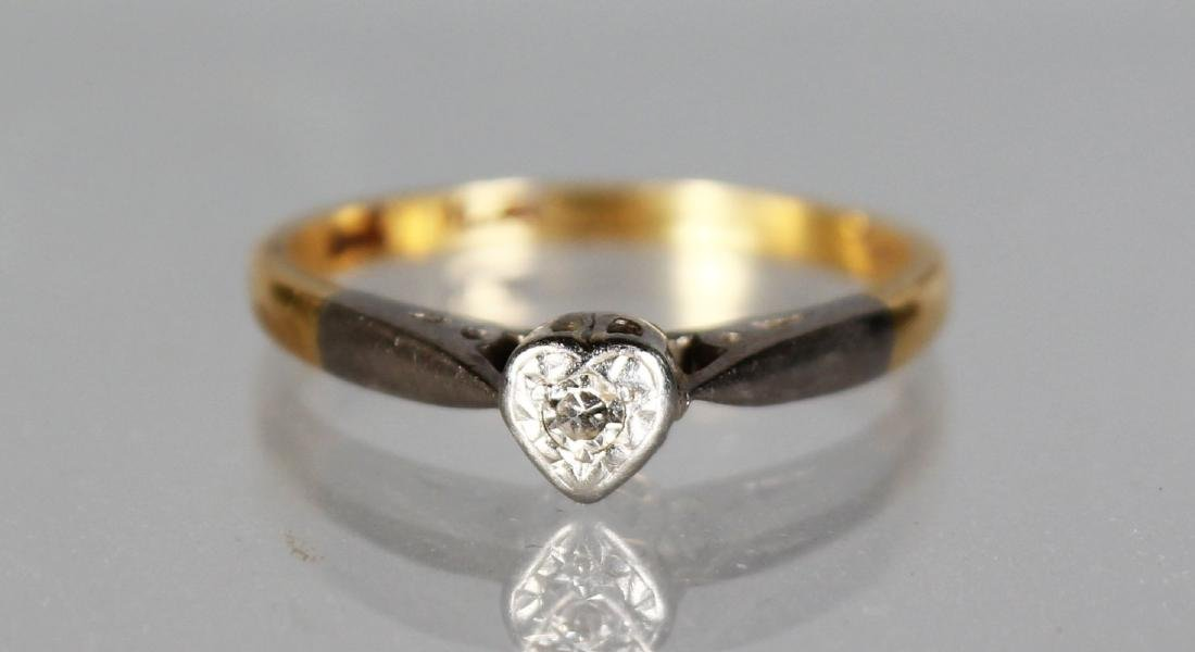 AN 18CT GOLD SINGLE STONE RING.