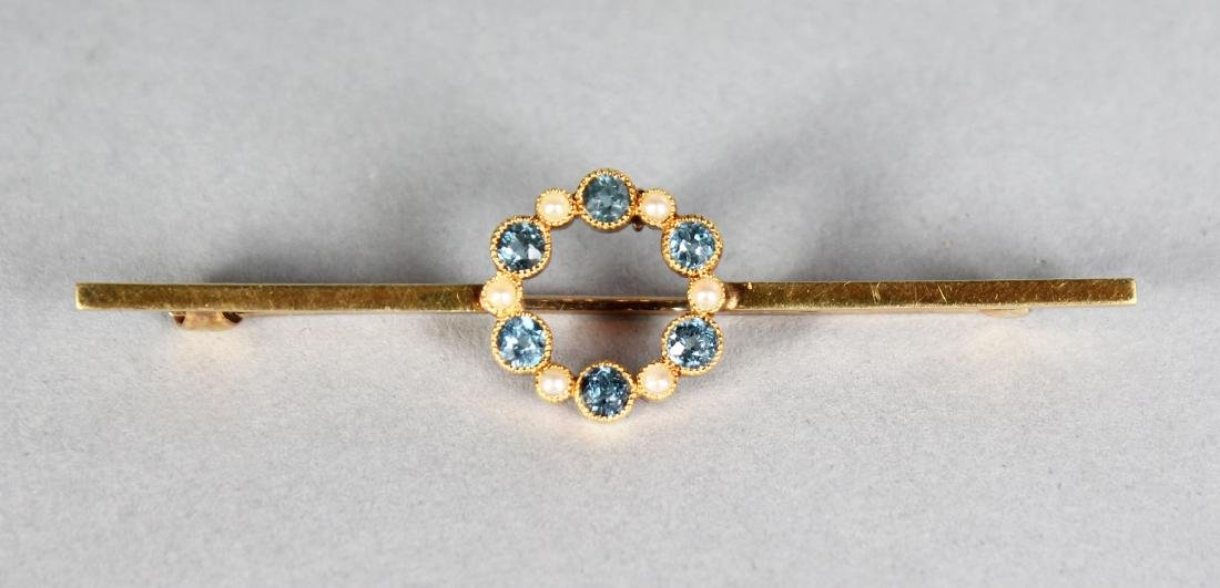 A 15CT GOLD AQUAMARINE BAR BROOCH.