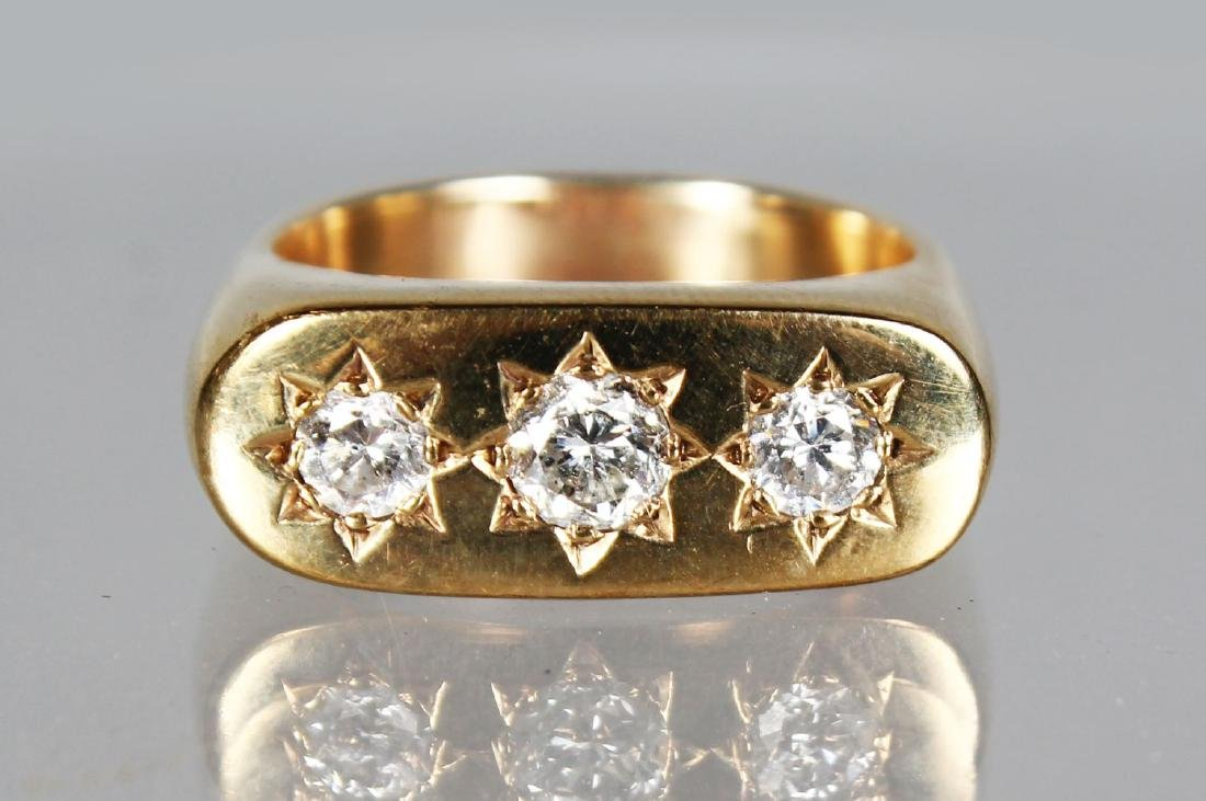 A GENTLEMAN'S HEAVY 16CT GOLD AND DIAMOND RING set with