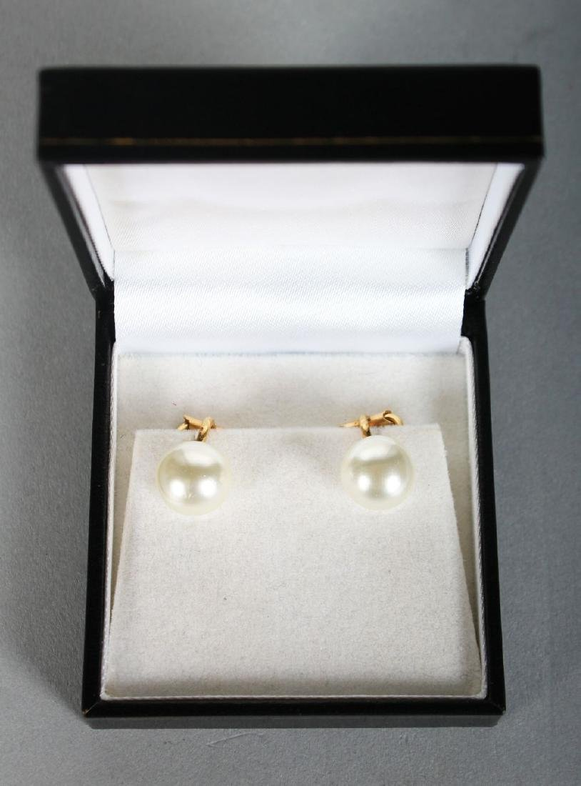 A GOOD PAIR OF GOLD PEARL EARRINGS.