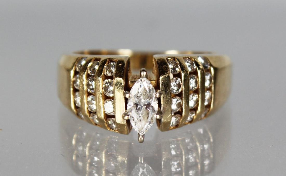A 14CT GOLD AND DIAMOND RING.