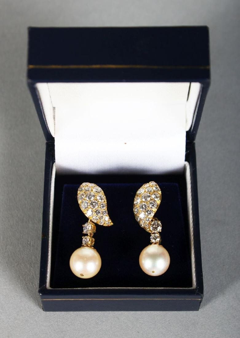 A VERY GOOD PAIR OF 18K GOLD, DIAMOND AND PEARL DROP