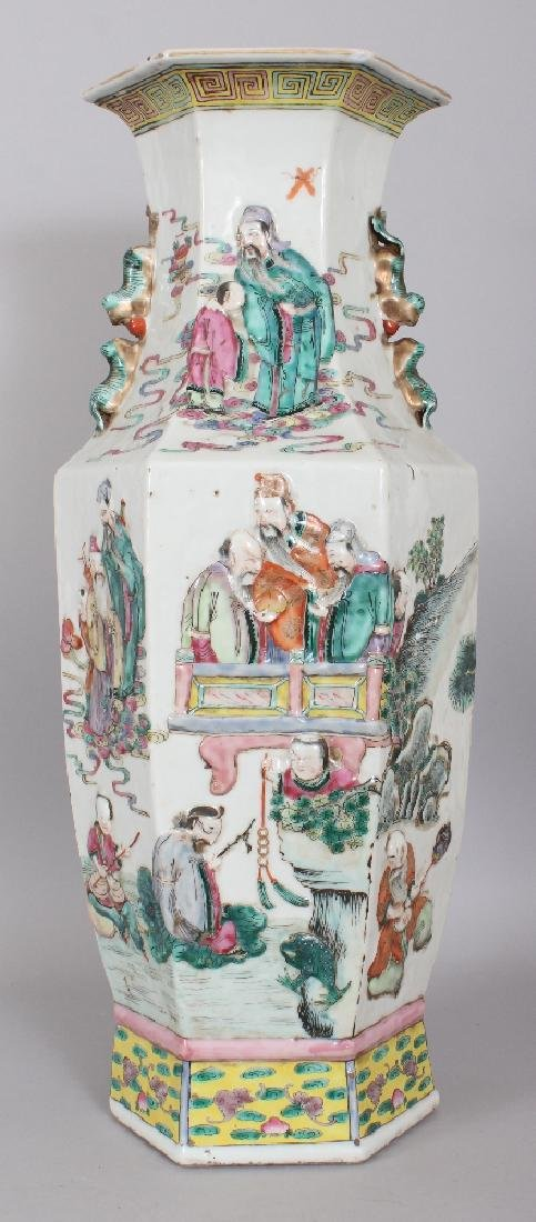 A GOOD LARGE 19TH CENTURY CHINESE FAMILLE ROSE