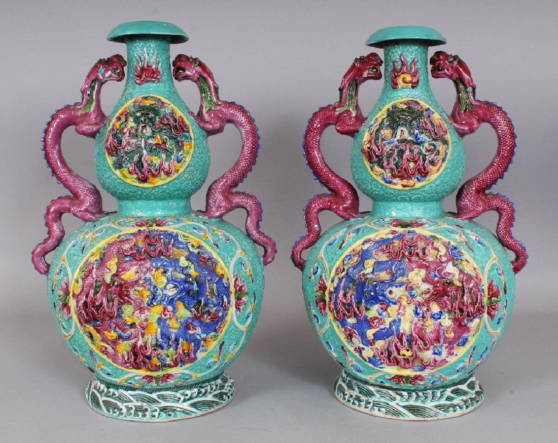 A LARGE PAIR OF 19TH/20TH CENTURY CHINESE FAMILLE ROSE