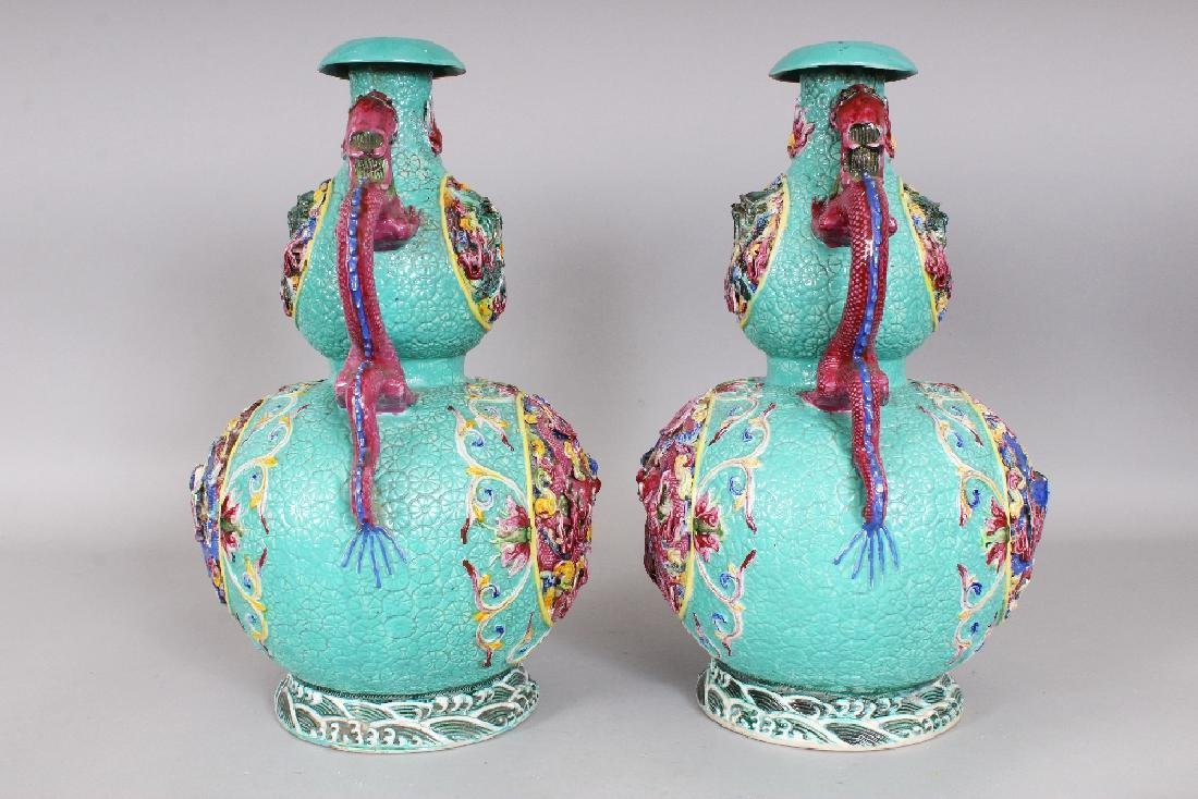 A LARGE PAIR OF 19TH/20TH CENTURY CHINESE FAMILLE ROSE - 2