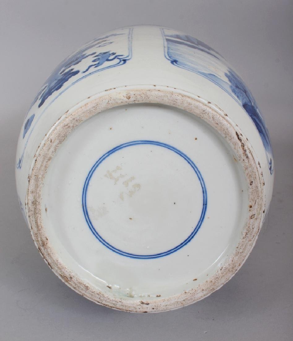 A CHINESE KANGXI STYLE BLUE & WHITE PORCELAIN ROULEAU - 6