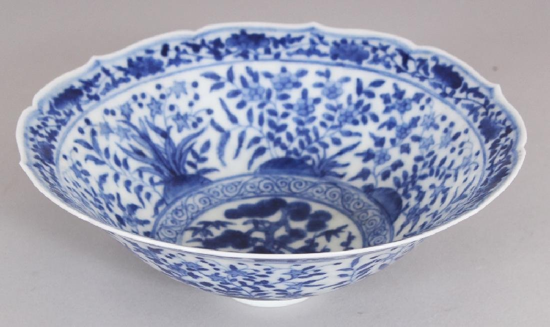 A SMALL CHINESE MING STYLE BLUE & WHITE PORCELAIN BOWL,