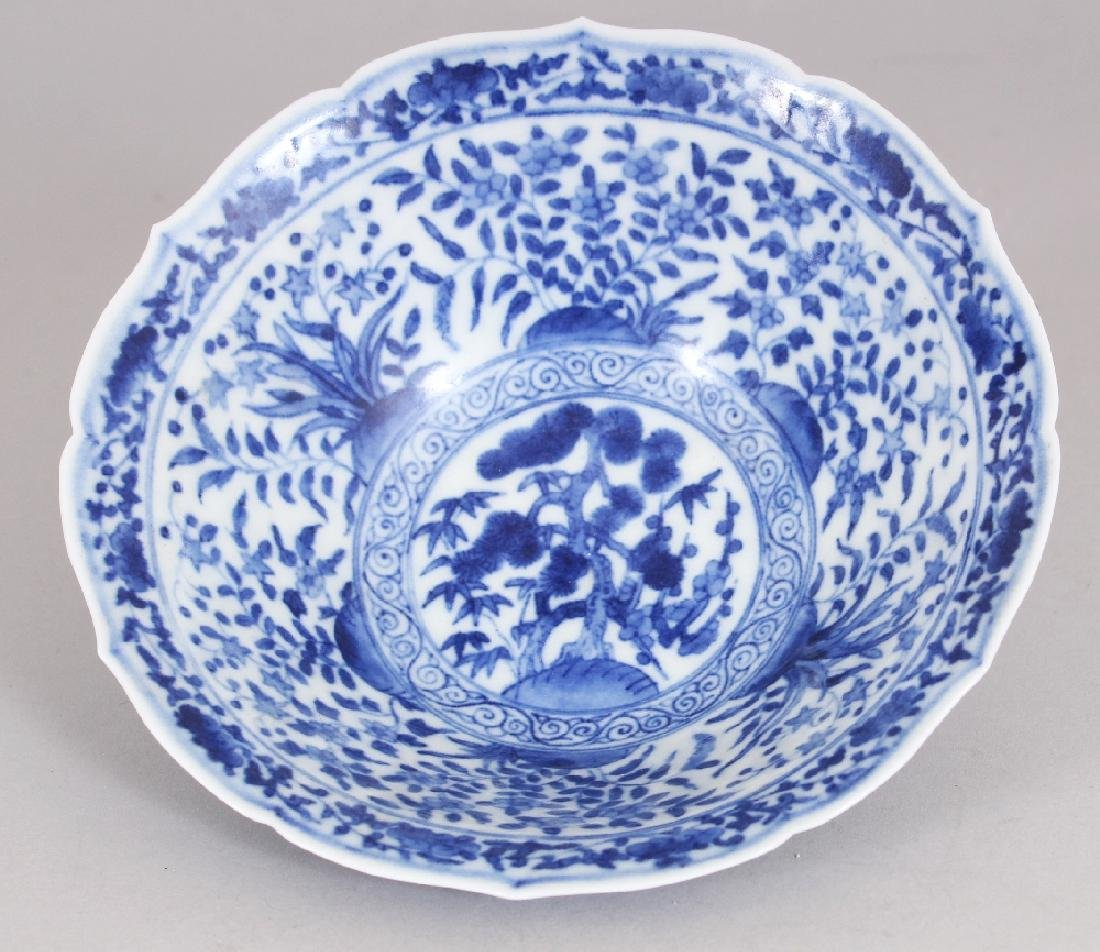 A SMALL CHINESE MING STYLE BLUE & WHITE PORCELAIN BOWL, - 2