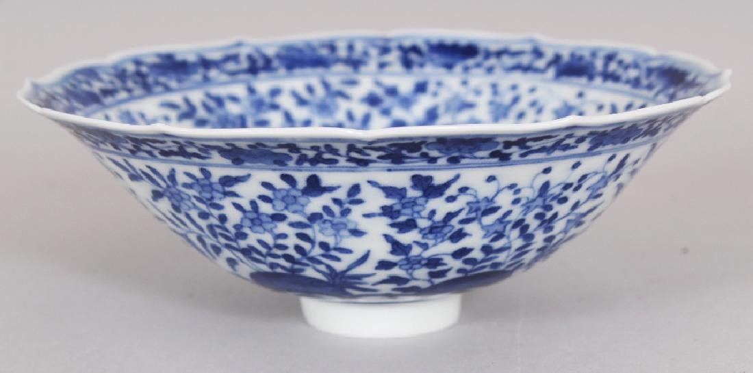 A SMALL CHINESE MING STYLE BLUE & WHITE PORCELAIN BOWL, - 3