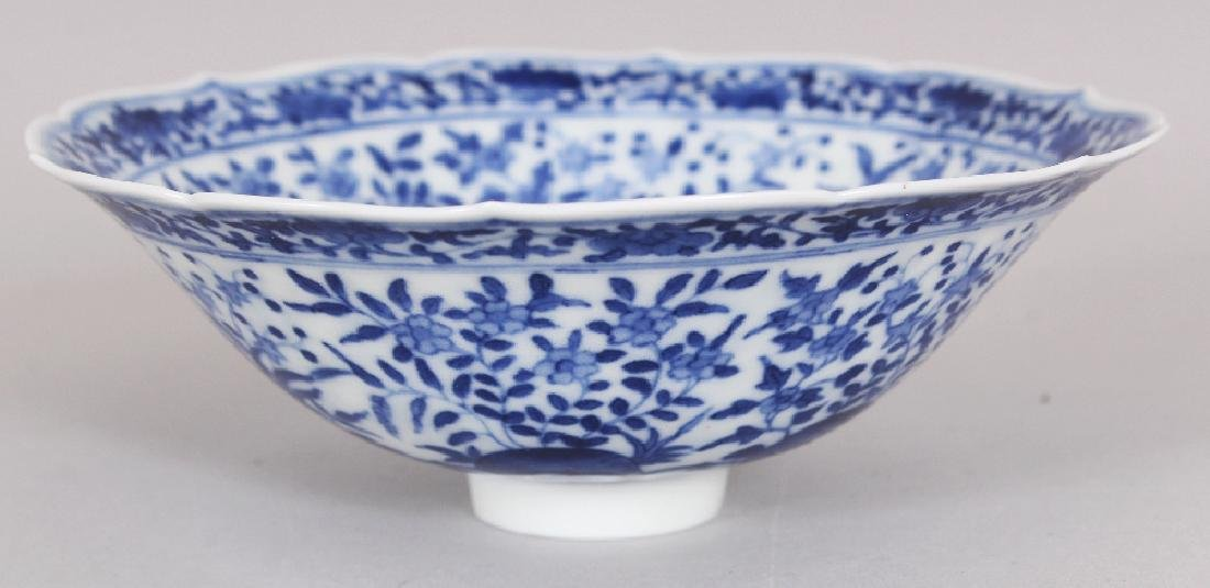 A SMALL CHINESE MING STYLE BLUE & WHITE PORCELAIN BOWL, - 4