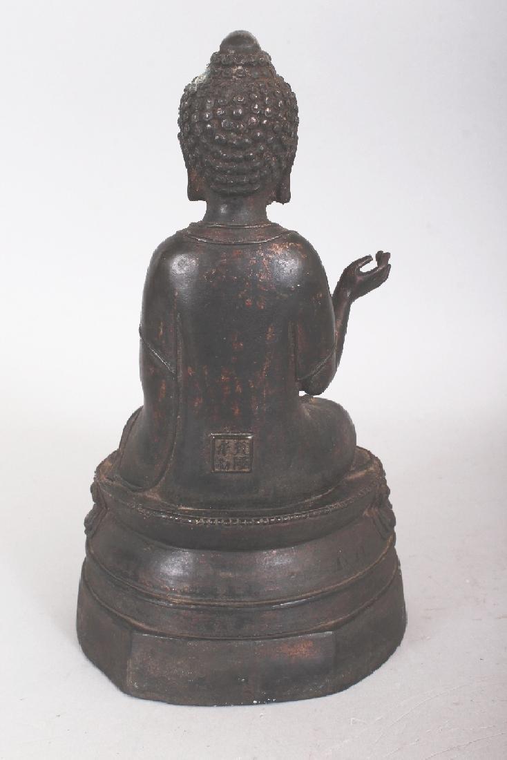 A SINO-TIBETAN BRONZE BUDDHA, seated in dhyanasana on a - 3