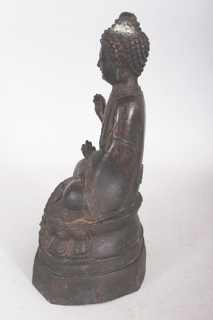 A SINO-TIBETAN BRONZE BUDDHA, seated in dhyanasana on a - 4