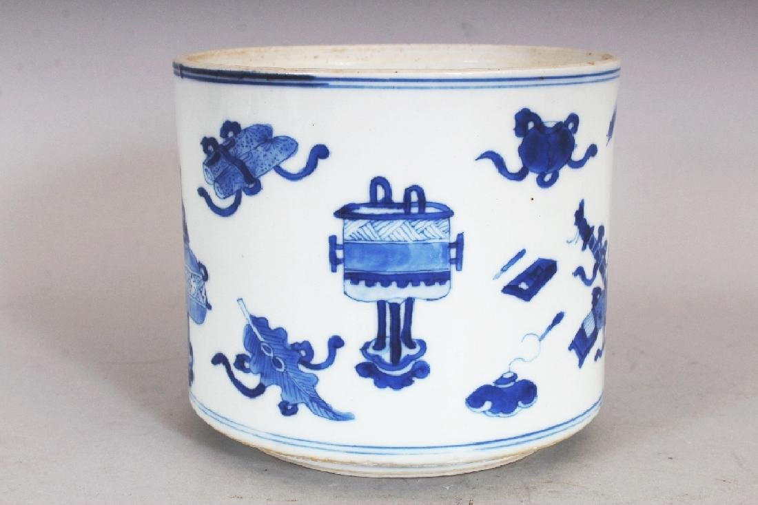 A GOOD QUALITY CHINESE KANGXI PERIOD BLUE & WHITE - 4