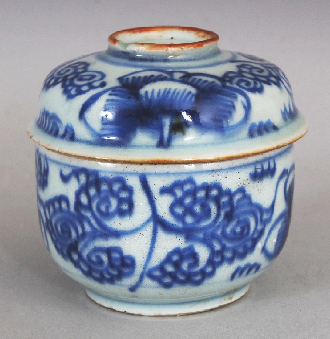 A SMALL 18TH CENTURY CHINESE BLUE & WHITE PROVINCIAL - 2