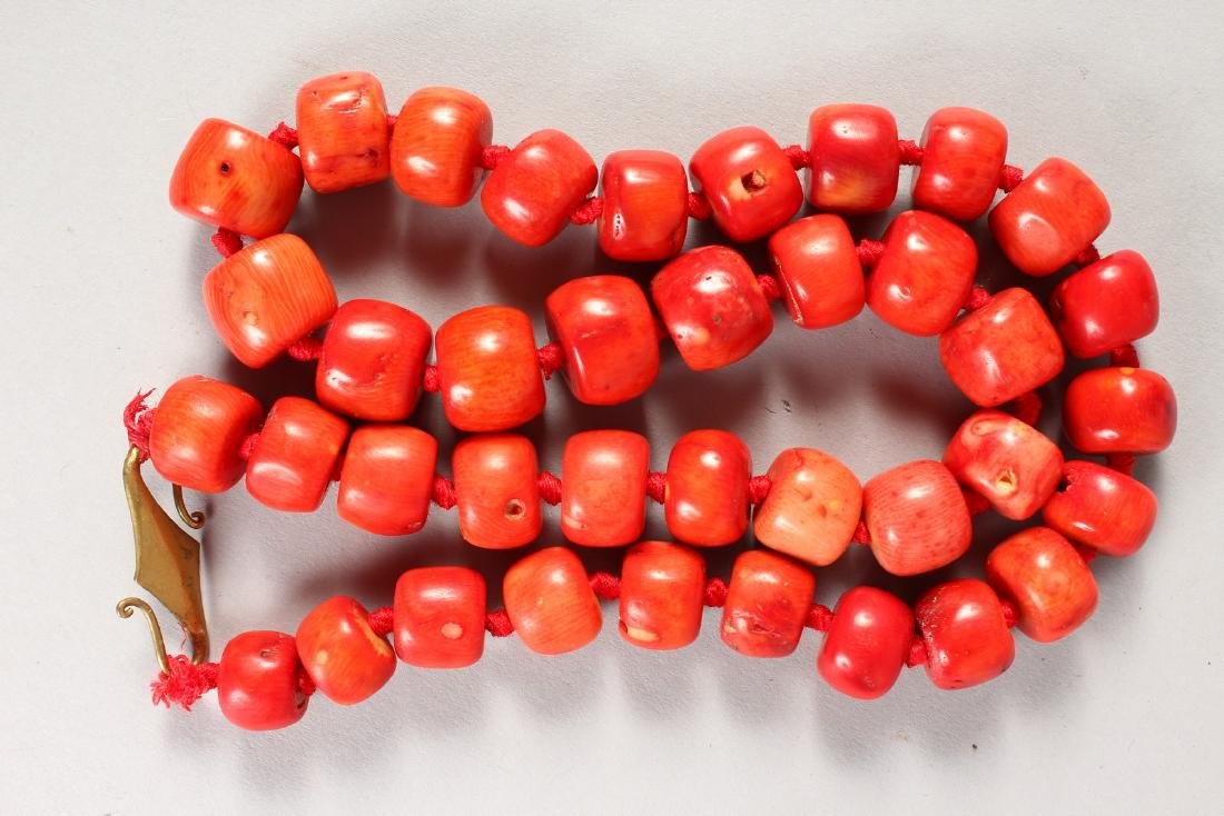 A HEAVY CORAL BEAD NECKLACE. - 3