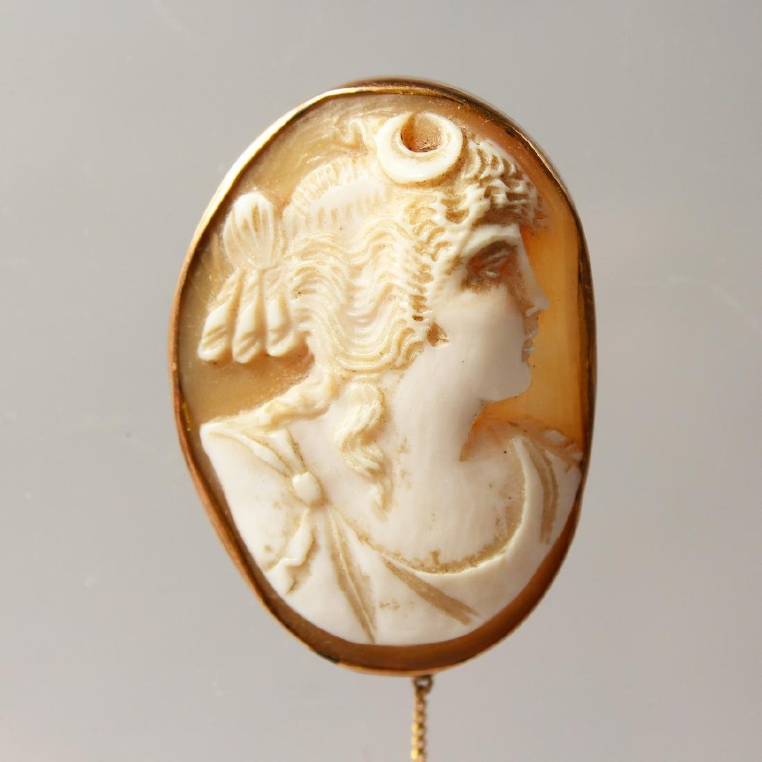 A GOLD CAMEO BROOCH. - 2