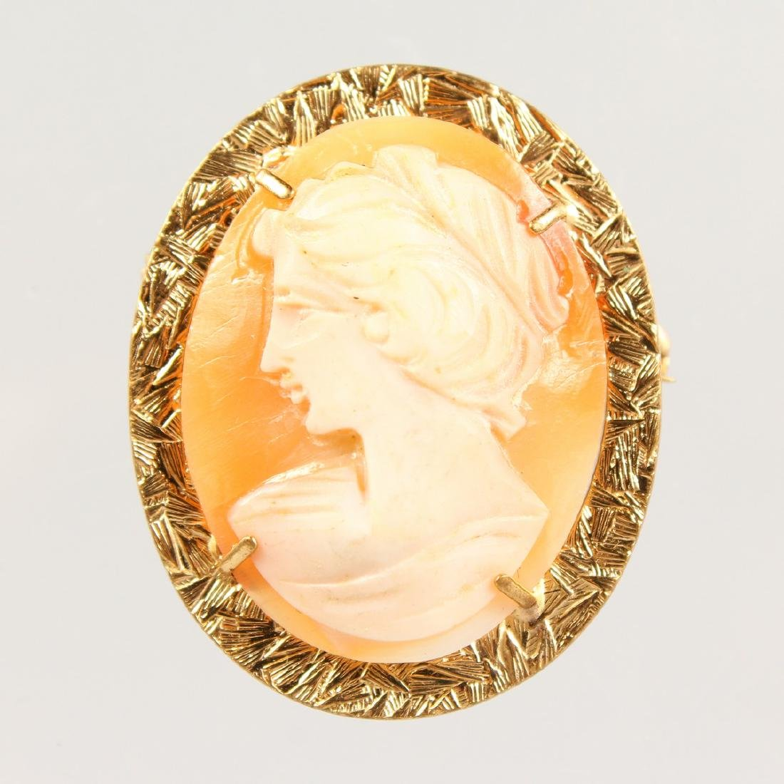 A GOLD CAMEO BROOCH.