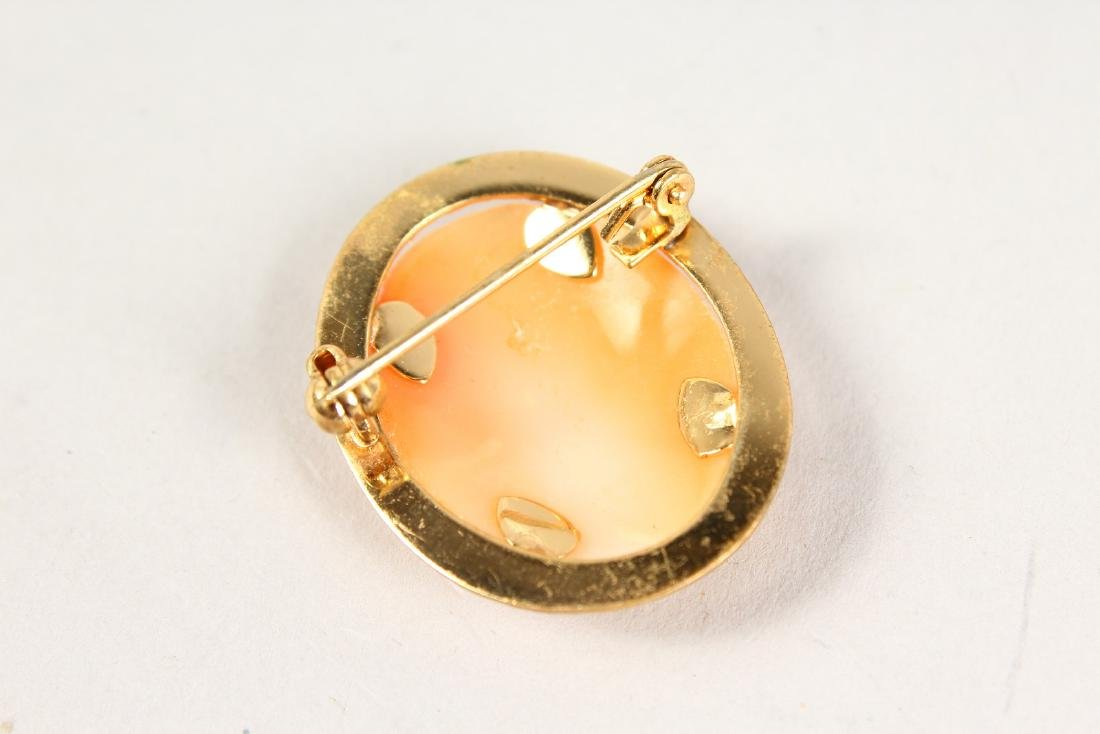 A GOLD CAMEO BROOCH. - 3