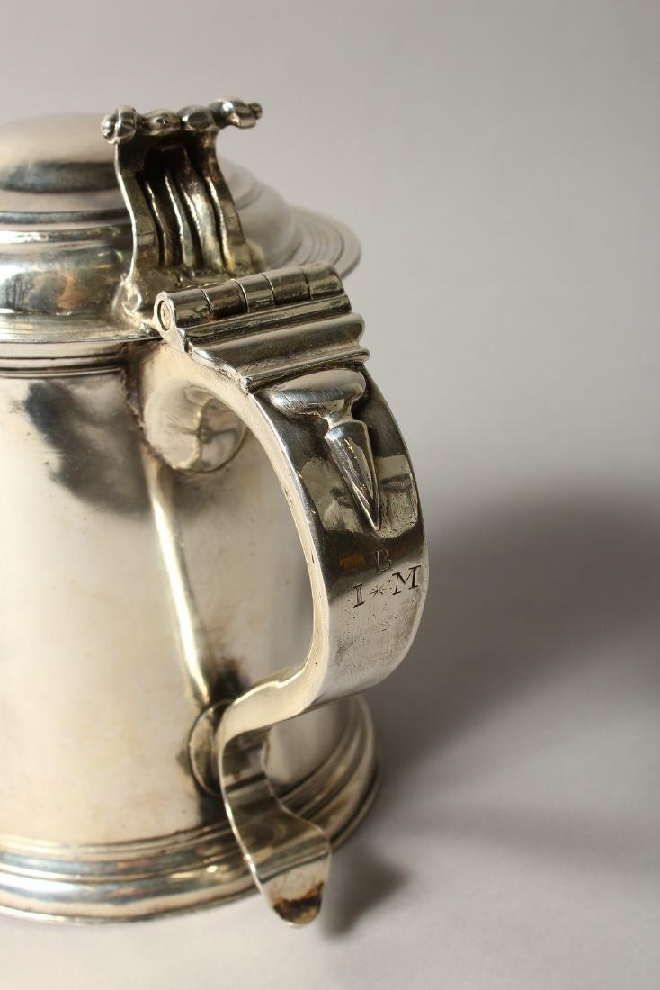 A VERY GOOD QUEEN ANNE TAPERING TANKARD, with domed top - 3
