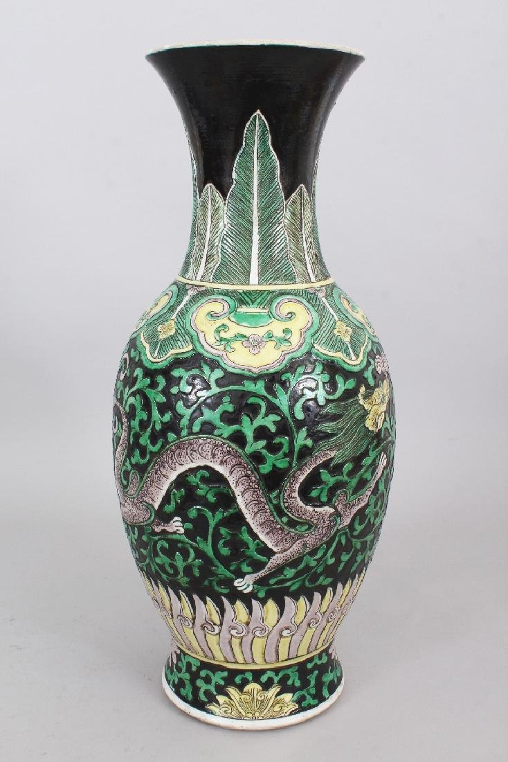 A LARGE 19TH CENTURY CHINESE FAMILLE VERTE BLACK GROUND - 2