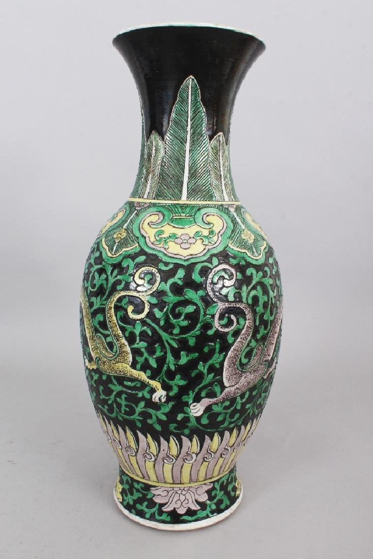 A LARGE 19TH CENTURY CHINESE FAMILLE VERTE BLACK GROUND - 3