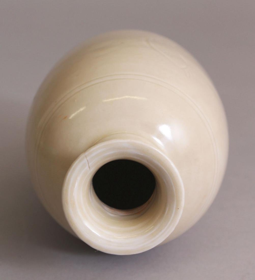 A CHINESE SONG STYLE CREAM GLAZED PORCELAIN VASE, the - 5