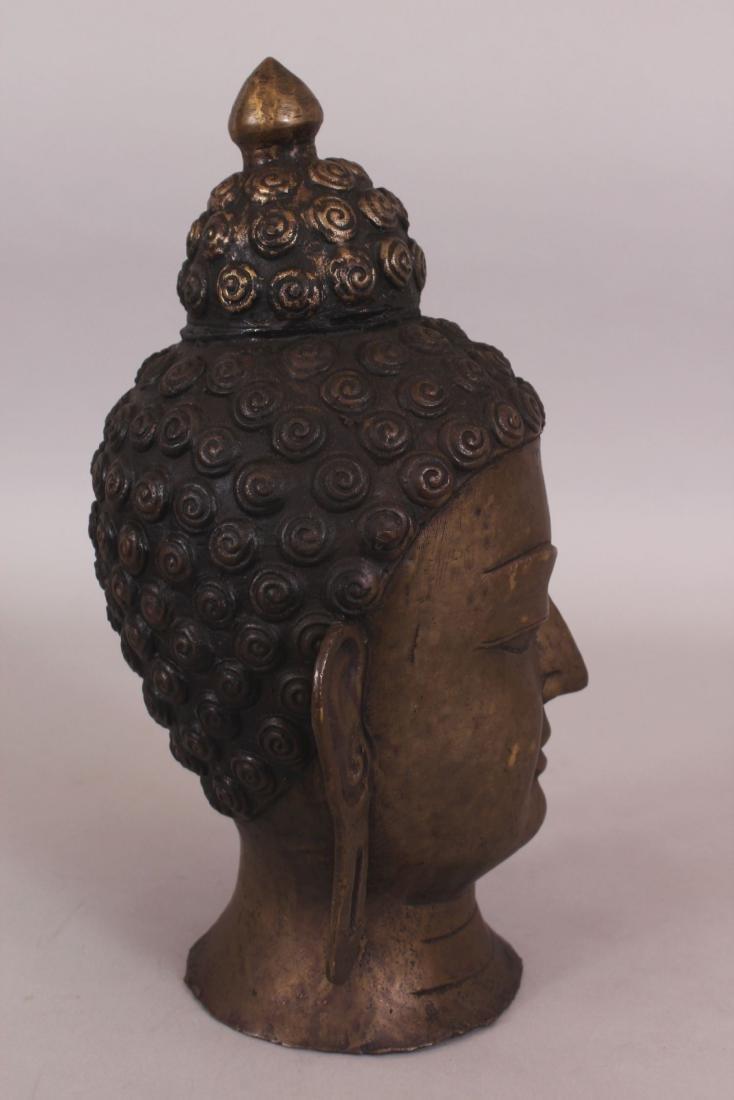 A 20TH CENTURY THAI BRONZE HEAD OF BUDDHA, 11.75in - 2