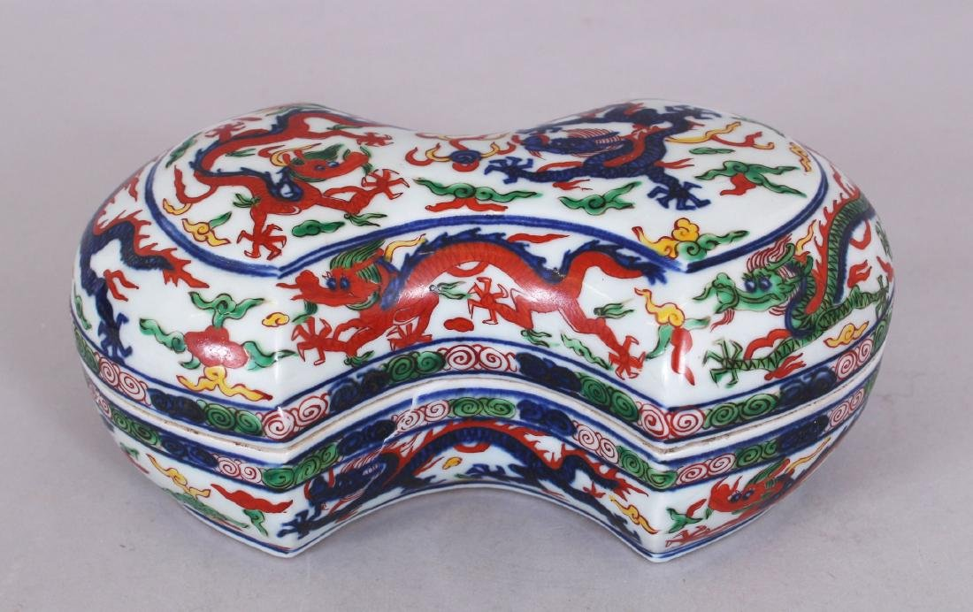 A CHINESE WANLI STYLE WUCAI SHAPED PORCELAIN DRAGON BOX