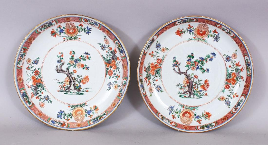 A GOOD PAIR OF CHINESE KANGXI/YONGZHENG PERIOD FAMILLE