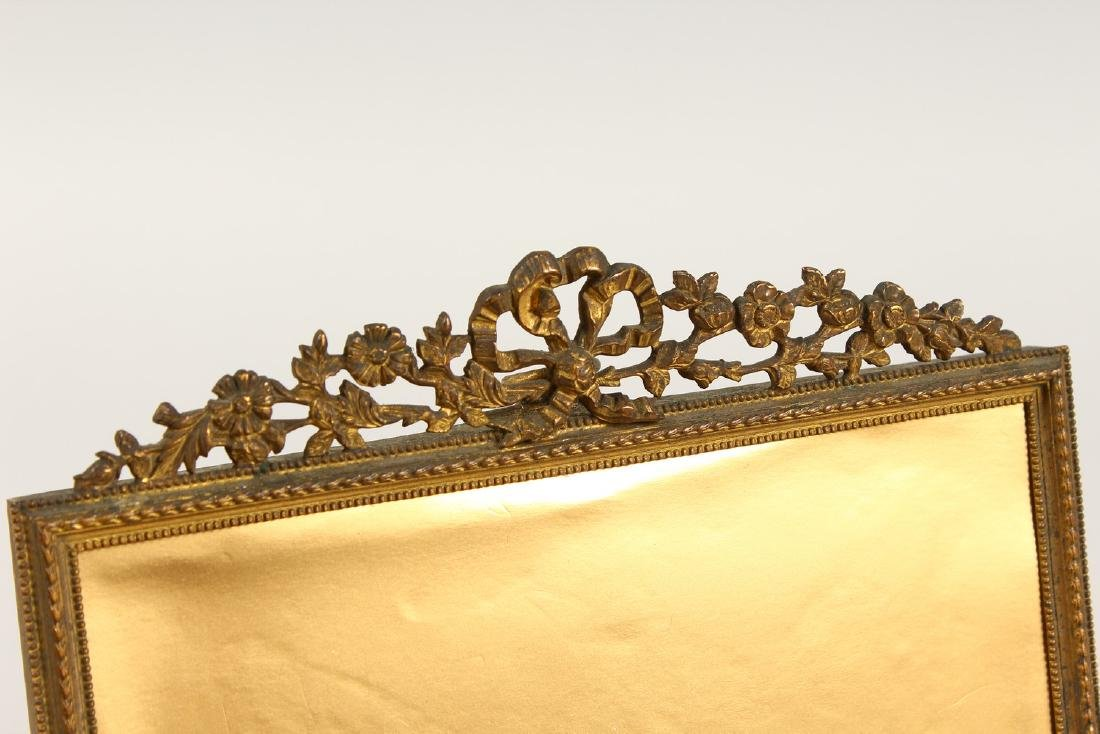 AN ORMOLU PICTURE FRAME, with ribbon and floral - 2