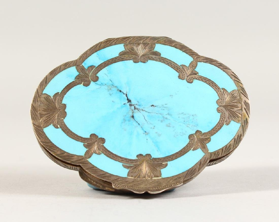AN EDWARDIAN SILVER OVAL COMPACT.