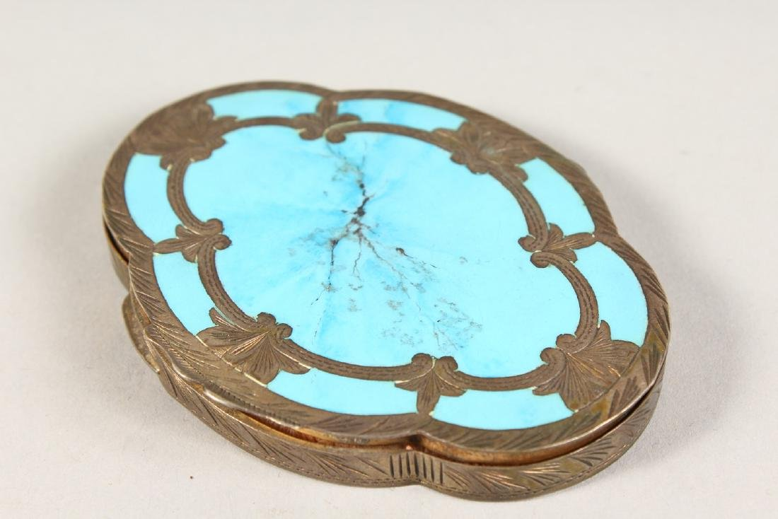 AN EDWARDIAN SILVER OVAL COMPACT. - 2