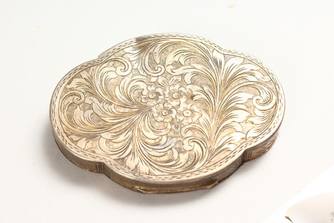 AN EDWARDIAN SILVER OVAL COMPACT. - 5