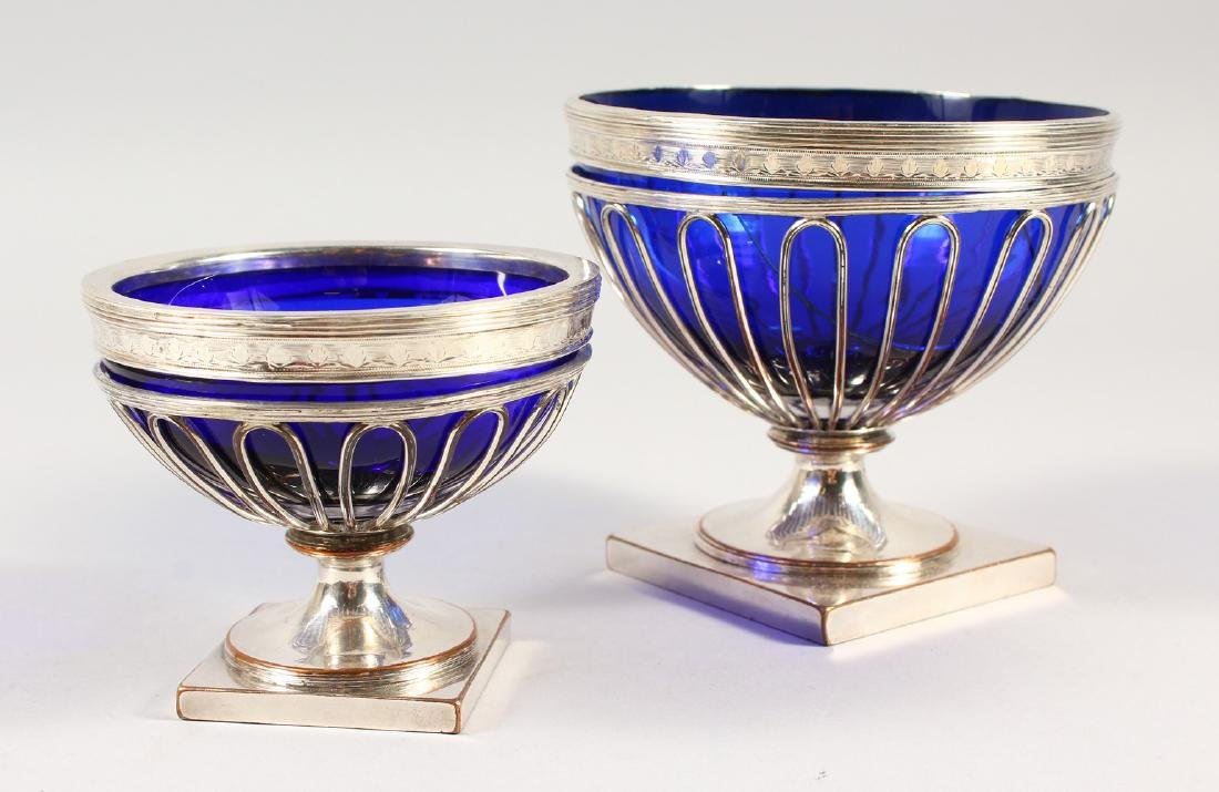 AN OLD SHEFFIELD PLATE PEDESTAL SUGAR BOWL, with blue