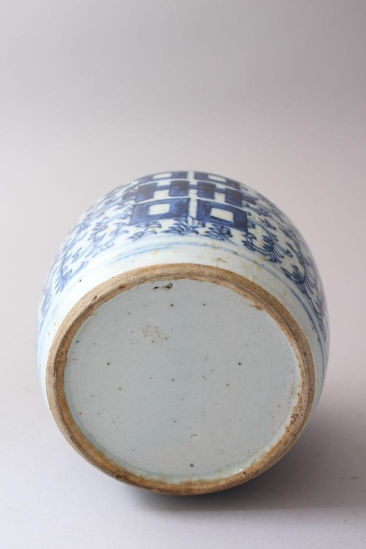 A 19TH CENTURY CHINESE BLUE &  WHITE PORCELAIN GINGER - 4