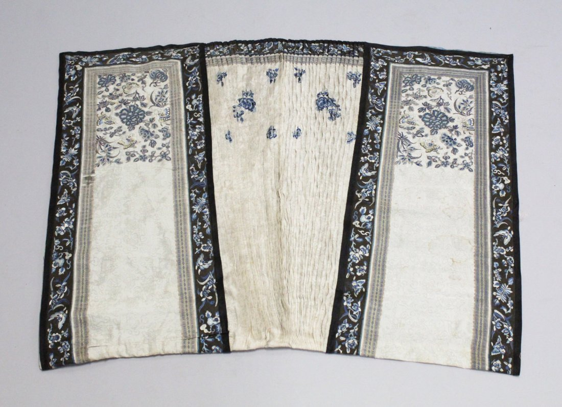 A GOOD 19TH CENTURY CHINESE SILK EMBROIDERED SKIRT,