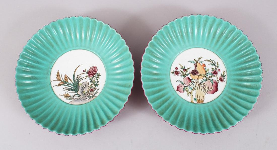 A GOOD PAIR OF CHINESE ENAMELLED FAMILLE ROSE PORCELAIN