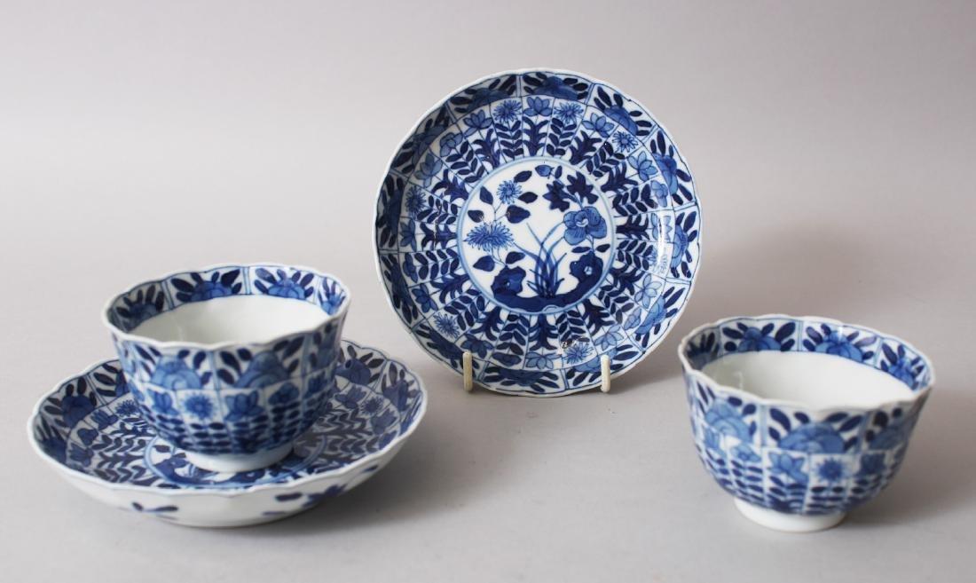 A GOOD PAIR OF CHINESE KANGXI BLUE & WHITE PORCELAIN