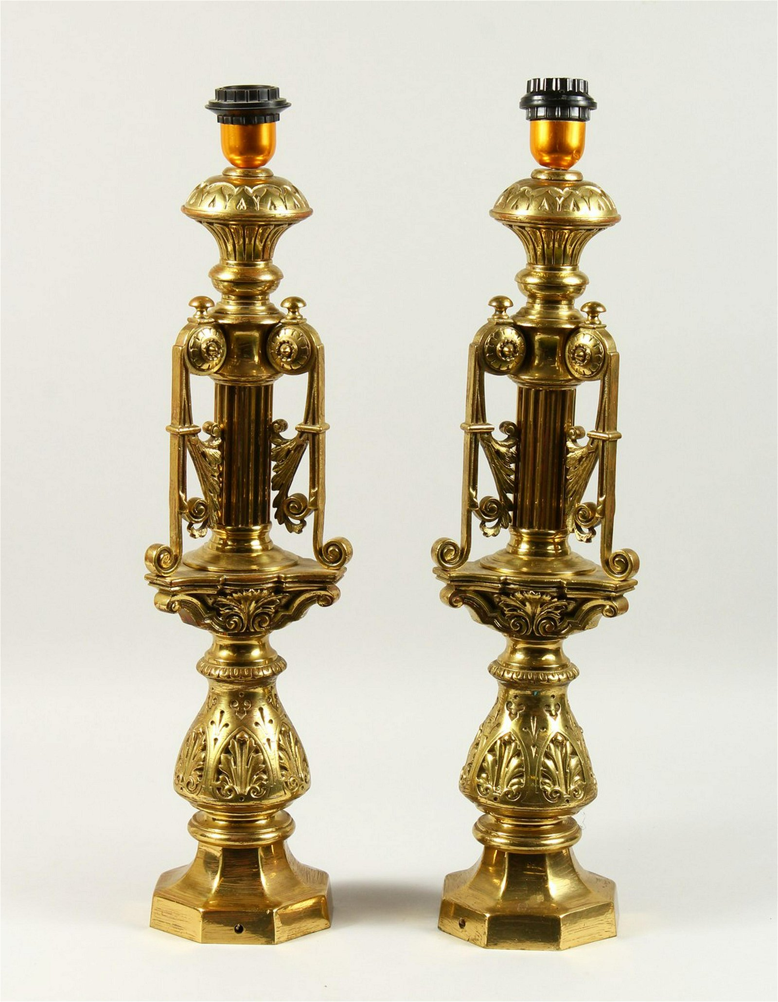 A PAIR OF 20TH CENTURY ORNATE CAST BRASS TABLE LAMPS.
