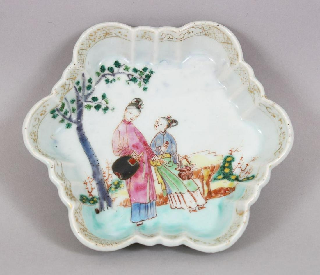 A 18TH CENTURY CHINESE FAMILLE ROSE PORCELAIN DISH /
