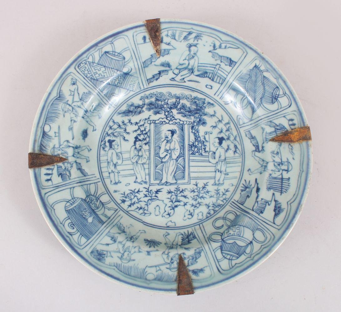 A CHINESE MING STYLE BLUE & WHITE PORCELAIN DISH WITH
