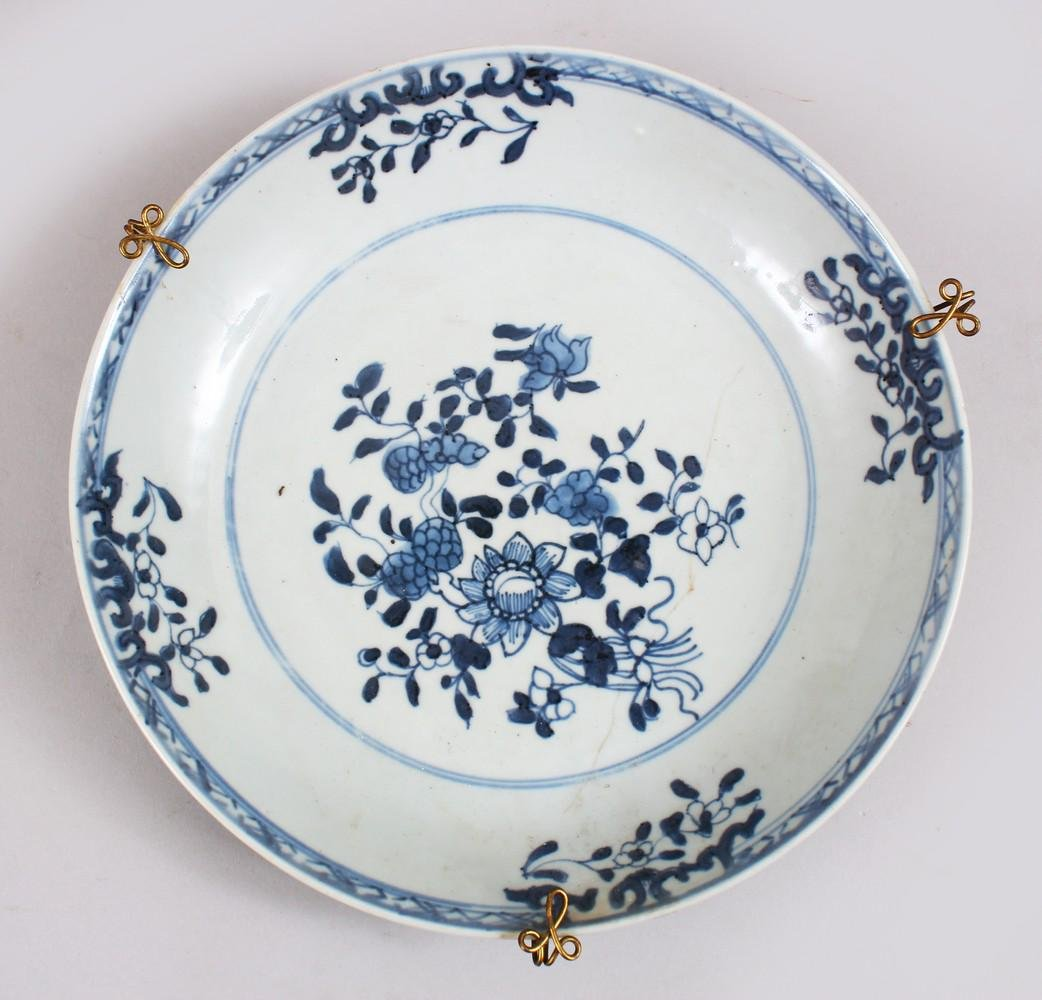 A GOOD 18TH CENTURY CHINESE BLUE & WHITE PORCELAIN